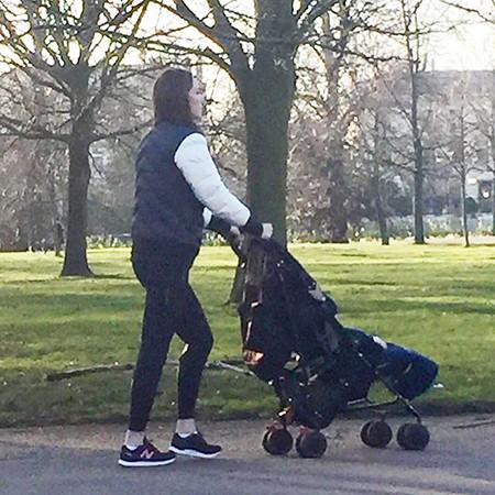 Kate promène son fils Louis