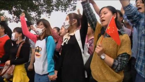 Heurts entre la police et les opposants à une usine polluante en Chine. Drapeau chinois mis à l'envers contre le nationalisme Han