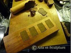 biscuits personnalisés dans un moule en bois, arraser la pâte - Arts et Sculpture: sculptrice, artisan d'art