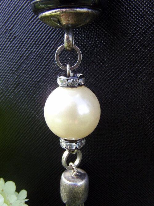 Sautoir BCBG en perles de culture fantaisie, de verre et de métal...