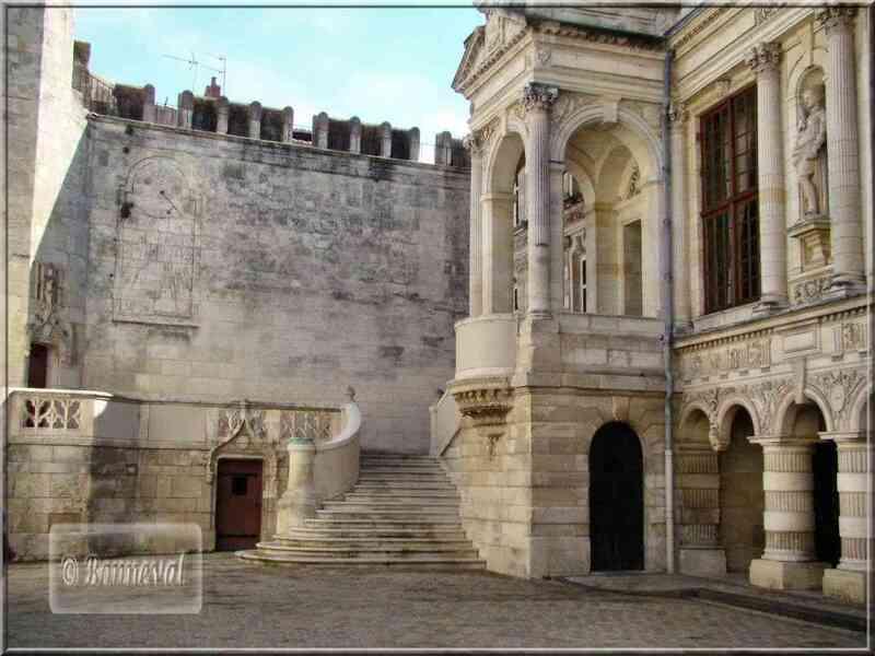 La Rochelle Hôtel de Ville escalier extérieur et dôme