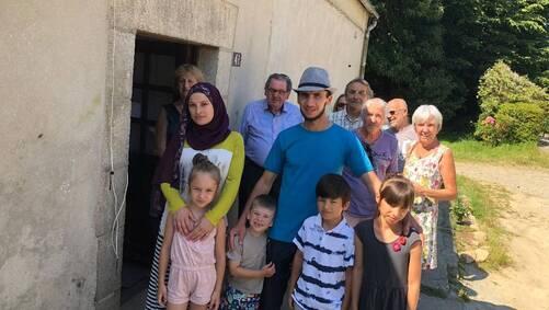 Maka, Ramzan et leurs enfants Rayana, 6 ans, Hussein, 4 ans, Khassan, 8 ans et Iman, 9 ans, entourés des militants.