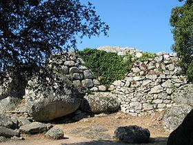 Montée dans la forteresse, à gauche, par l'escalier