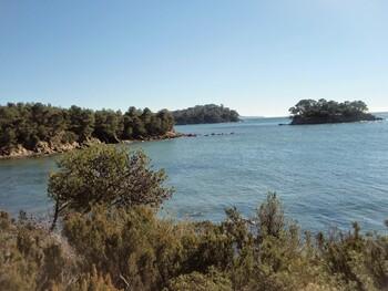 La crique et l'îlot de Léoube