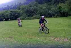 En vallée d'Ossau, Sergio ramasse les cèpes en vélo !!