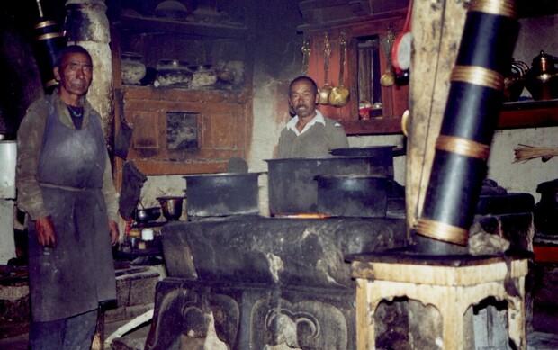 Dans la cuisine d'un monastère où j'ai passé la nuit. Riz, lentilles et thé au beurre au menu. Avec comme seule cheminée un trou dans le toit.