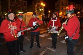 L'image contient peut-être: 5 personnes, personnes qui jouent des instruments de musique, personnes sur scène, nuit et plein air