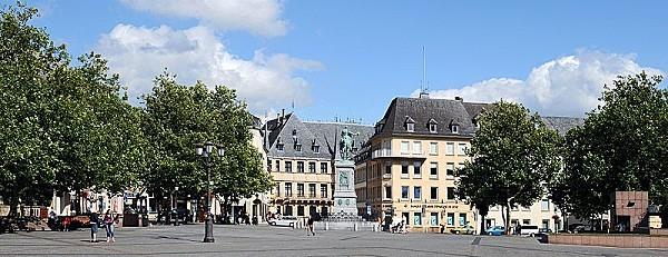 Place-Guillaume-II--avec-la-statue-equestre-de-Guillaume-I.jpg