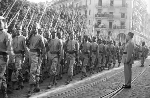 Le 14 juillet 1944, à Alger, le Bataillon de Marche des Antilles (BMA) constitué d'Antillais défile devant le Général de Gaulle.