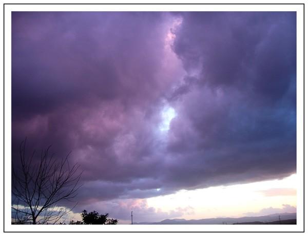 Ciel d' orage : nuages violets