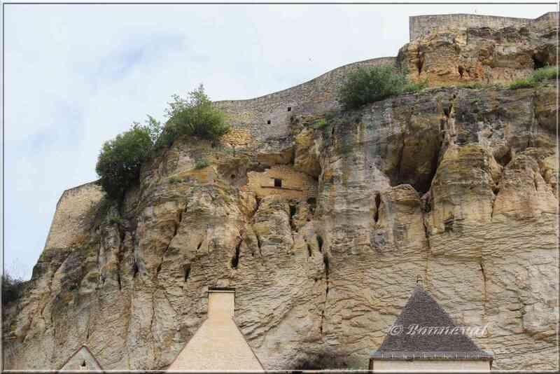 Pigeonnier falaise du Château de Beynac Dordogne