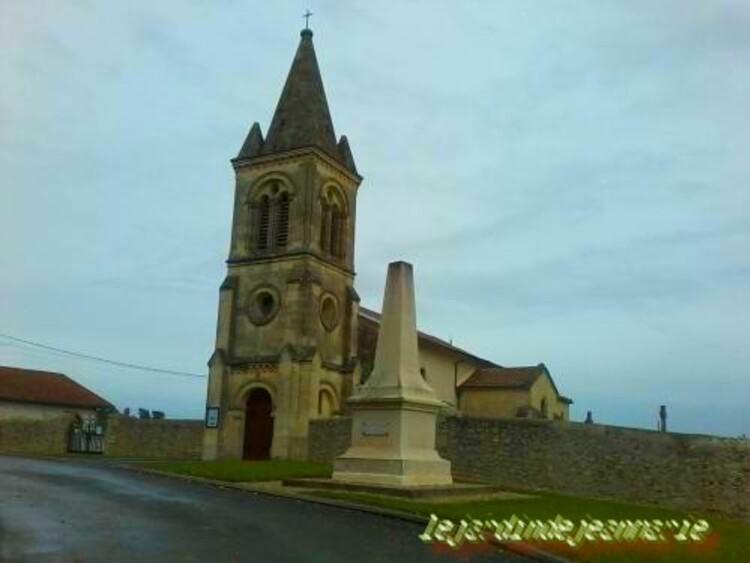 Laroque.(Gironde) Église Saint-Jean. La petite commune de Laroque domine les vallées de la Garonne et de l'Oeuille. Elle offre un ... Le village conserve une église d'origine romane,