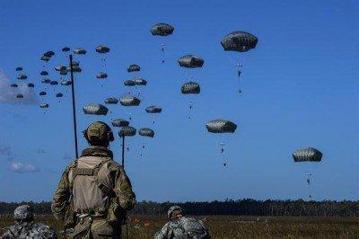 Nuées de parachutistes sur le pied de guerre en Europe