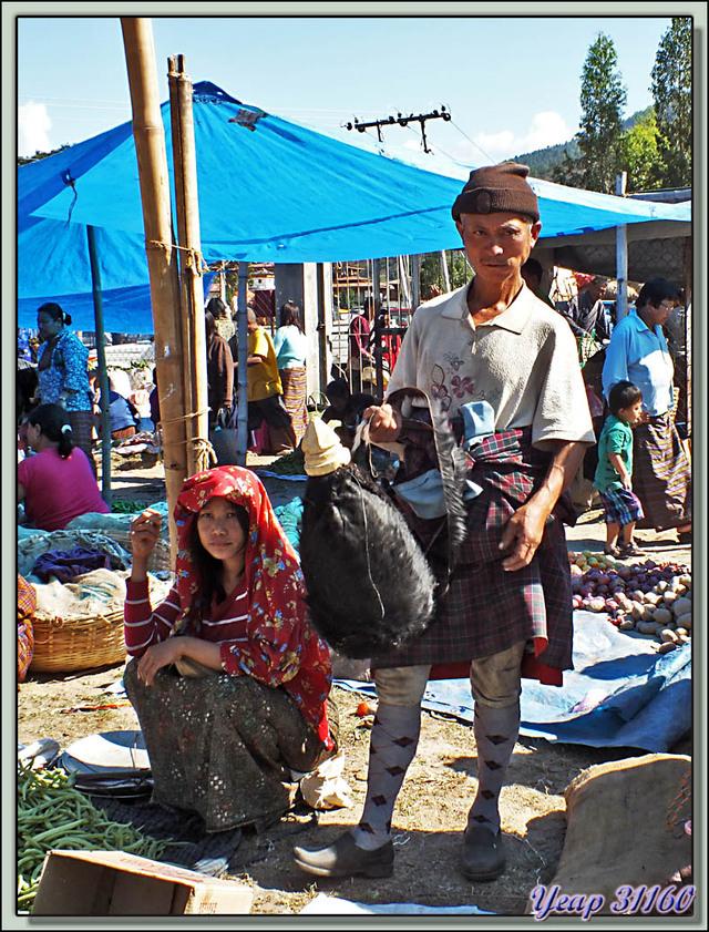 Blog de images-du-pays-des-ours : Images du Pays des Ours (et d'ailleurs ...), Portraits au marché de Punakha: le vendeur d'outre en peau de chèvre - Bhoutan