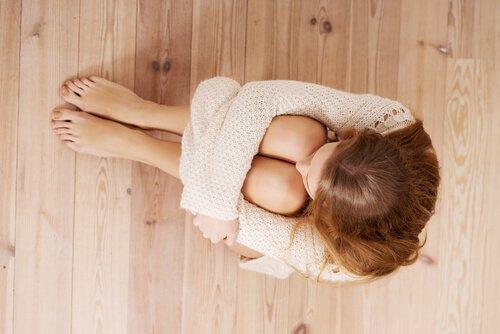femme-avec-peur-assise-au-sol