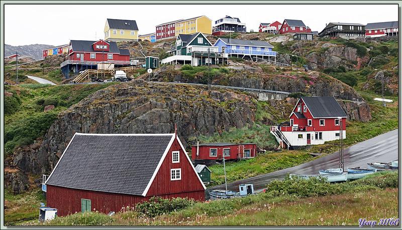 Des habitations très colorées, perchées sur pilotis ou sur des rochers ... ou les deux - Sisimiut - Groenland