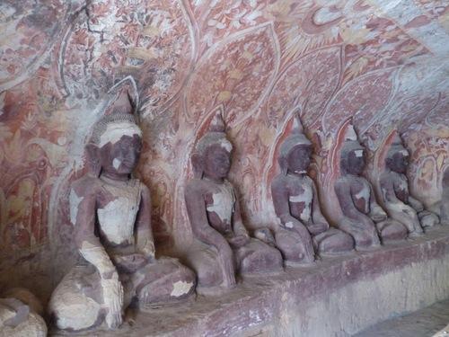 grottes de Po Win Daung; des centaines de bouddhas taillés dans la roche;