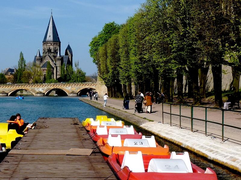 Metz / La promenade des remparts et de la Seille...