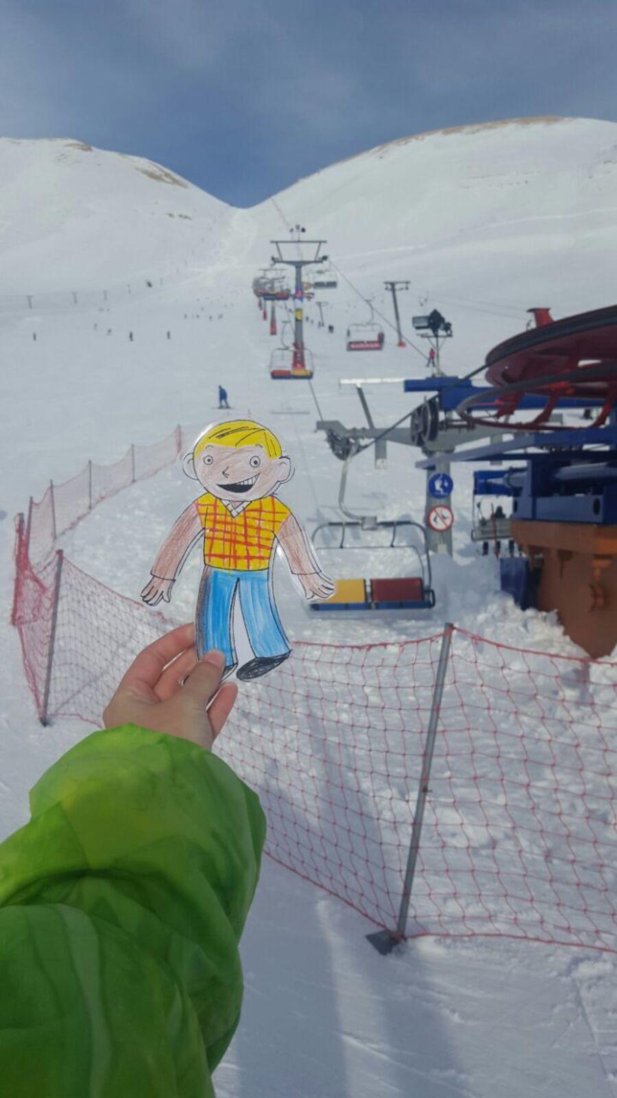Yann s'initie aux joies de la neige avec Leïla.