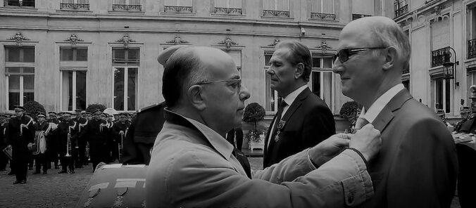 avec l'honneur fait à l'association, le 9 novembre, à travers la remise à son président par le ministre de l'intérieur Bernard Cazeneuve, des insignes d'officier de l'ordre national du Mérite
