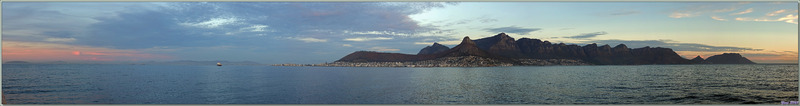 Panorama vu du large : 18 h 50, les sommets de Table Mountain et de Twelve Apostles s'enflamment pendant quelques courtes minutes ! - Cape Town - Afrique du Sud