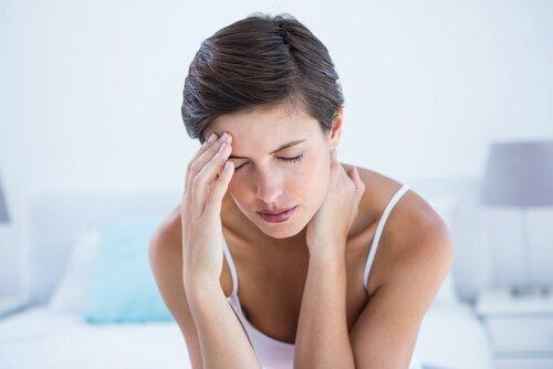 Femme qui a une migraine