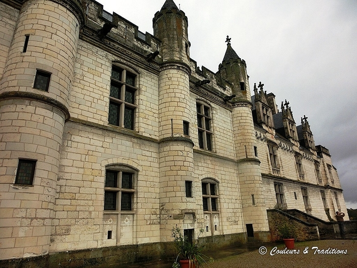 Sur le parvis du Chateau de Loches