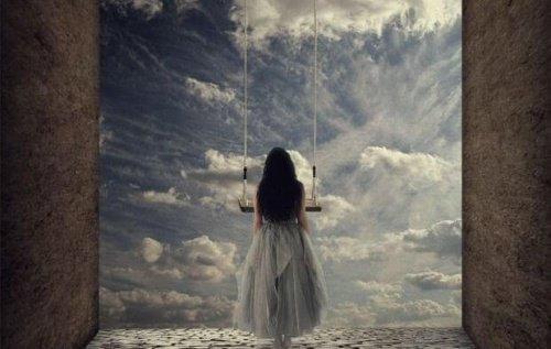 Femme-regardant-les-portes-du-ciel-pensant-au poids-de-l'independance-500x317