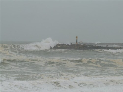 Plage d' Anglet avec un cargo échoué avec les tempêtes...