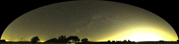 Halo de lumière artificielle au-dessus de Berlin. Une partie des étoiles sont noyées dans cette clarté. Le reste de la voûte céleste est aussi affecté, réduisant la visibilité des innombrables objets célestes. © A. Jechow, IGB