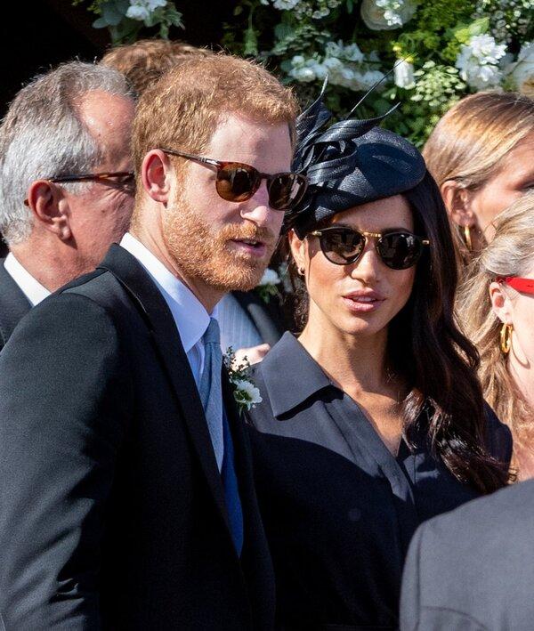 Harry et Meghan dans le Surrey, à un  mariage