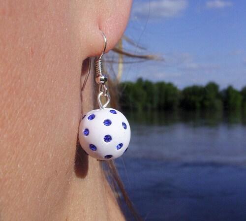 Boucles d'oreilles shamballa blanches avec leurs strass bleus électriques