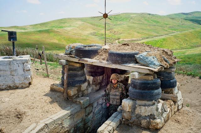 Sous 60 degrés l'été, les tranchées arméniennes s'allongent sur des dizaines de kilomètres.