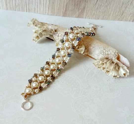 Bracelet tissé à l'aiguille blanc crème et brun-vert / Verre nacré Renaissance et cristal de Swarovski