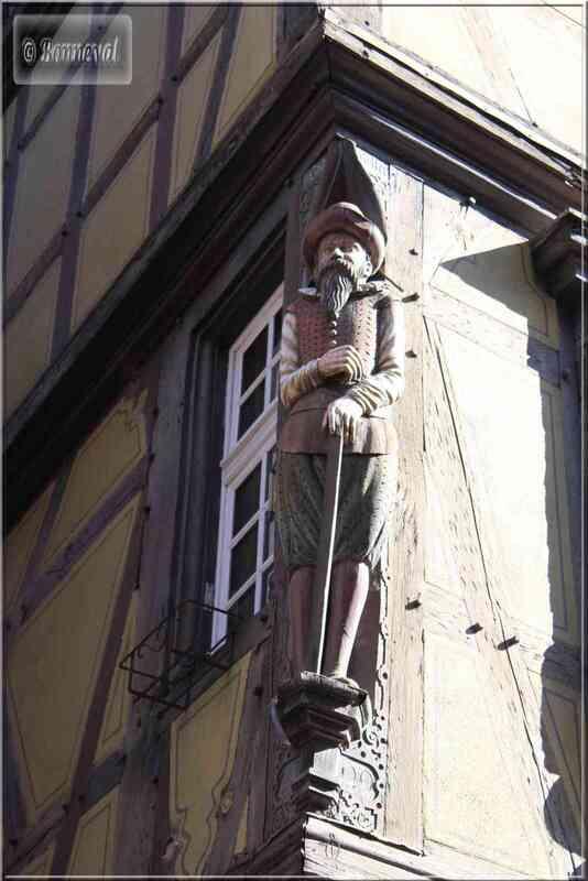 Alsace Haut-Rhin Colmar Maison Zum Kragen statue en bois polychrome