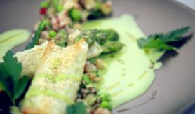 Croustillant d'asperges vertes au parmesan, coulis de petits pois et fraîcheur de légumes