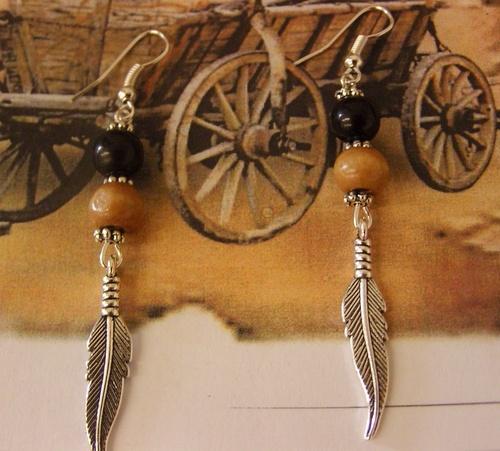 Les boucles d'oreilles country plumes avec leurs perles en bois