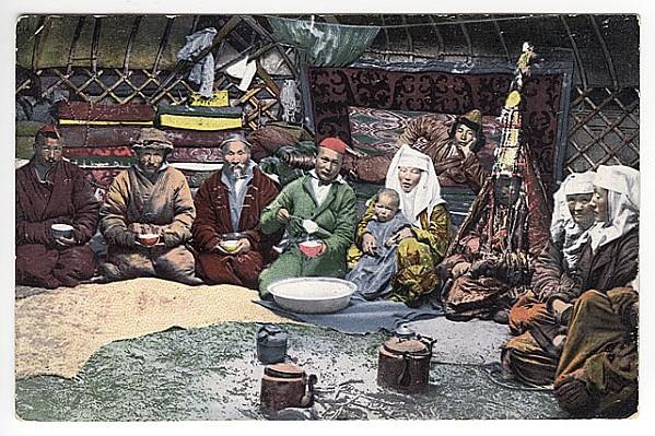 yurt met Kazachse familie. Vrouw in traditioneel bruidsgewa