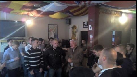 Bruno Gollnisch et Logan Djian (au centre), au Crabe-tambour - Capture d'écran Facebook