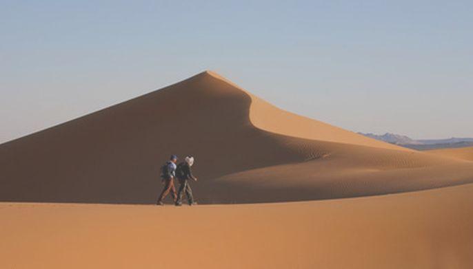 Deux jeunes hommes  dans le désert.