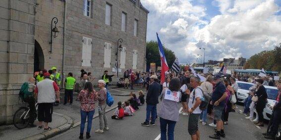 Les manifestants, à 15h, devant la préfecture.