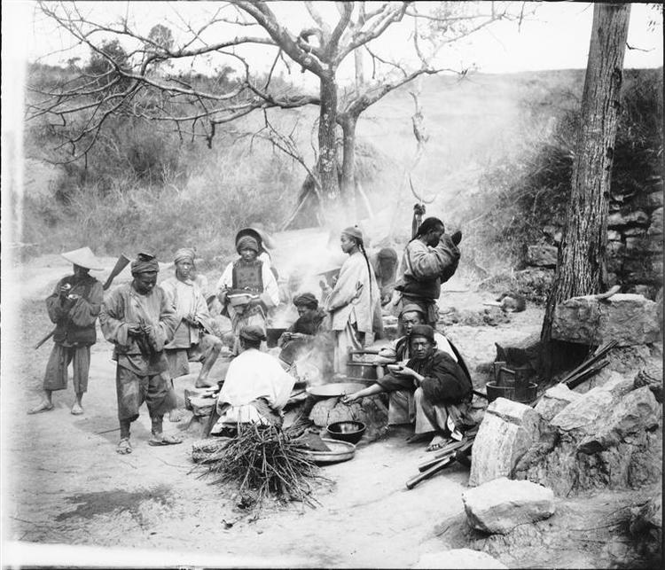 Etape de la route du Tonkin à Kunming, circa 1886-1904, gelatin silver glass plate negative