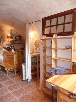 Intérieur du studio. Cuisine, salle à manger ; entrée de la salle de bain.