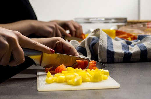 Femme Mains, Couper Les Légumes, Cuisson