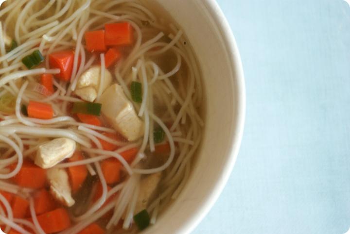 Soupe de vermicelles au poulet et à la coriandre