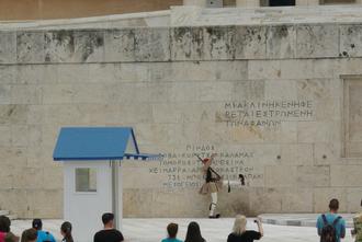 Evzone en habit kaki de tous les jours devant le monument aux morts