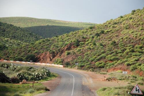 Les collines bordent notre route