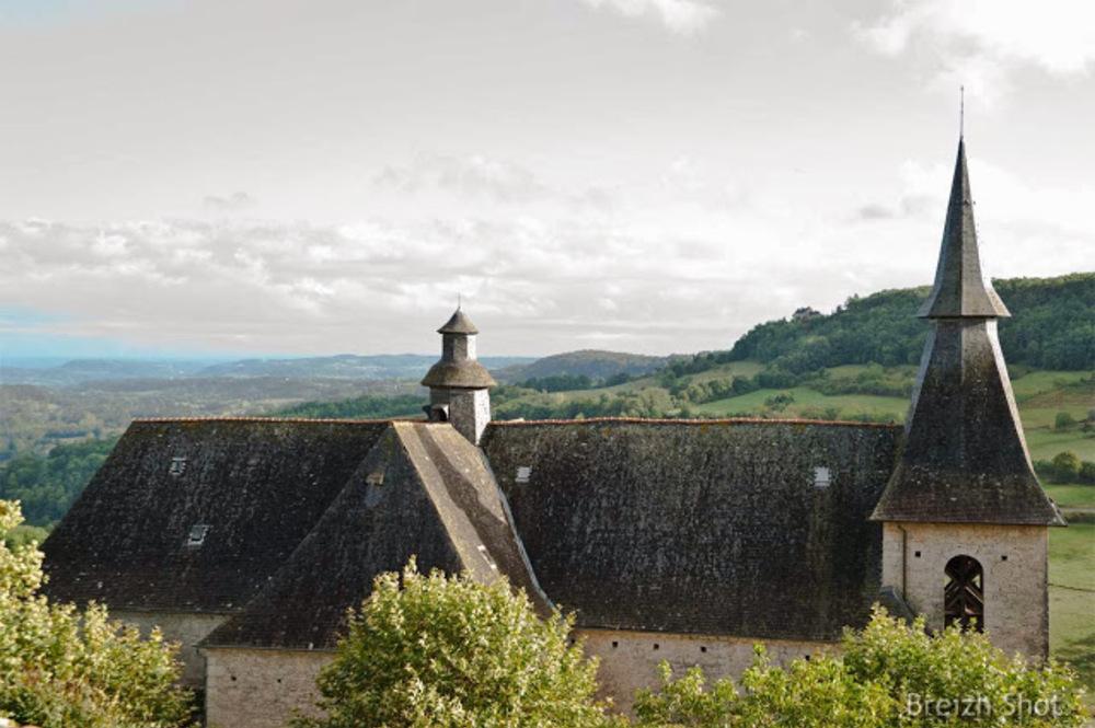 Turenne,toiture de l'église et la vallée de la Tourmente