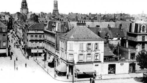Calais : à l'extrémité de la place Richelieu, une rue Royale étroite