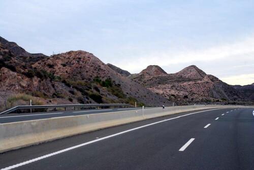 De curieuses collines bordent notre route.